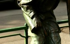 Городская скульптура. Памятник фонарщику