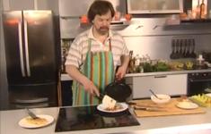 Омлет с беконом. Омлет с помидорами и сыром. Испанский омлет