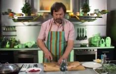 Утиные грудки под брусничным соусом с запеченным картофелем