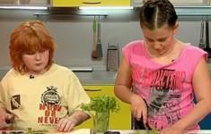 Рулеты из сосисок. Весенний салат. Шоколадное фондю