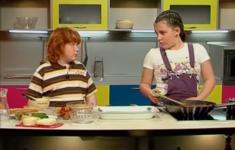 Лазанья  с мясным соусом. Шашлычки из помидорок и сыра. Кораблики из персиков