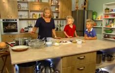 Сосиски в тесте. Салат из брокколи с беконом