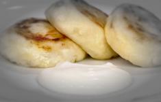 Запеченный картофель с огуречным тар-таром. Треска под маринадом. Фирменные сырники Ивлева.