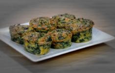 Запеченные кейки из шпината с сыром. Салат из зеленой фасоли с соевой заправкой и жареными орешками. Треска с зеленым салатом.