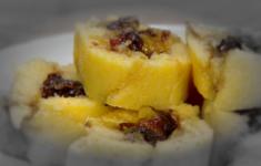 Мясо с луком и картофелем. Полента, ничиненная сухофруктами. Капуста с яйцом пашот
