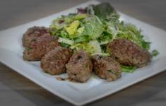 Плов из курицы с овощами. Люля из говядины с зеленым салатом. Омлет с томатами и сыром.