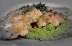 Суп из картофеля и лука-порея. Котлетки из курицы на пюре из зеленого горошка с копченостями. Обжаренная капуста с беконом и яйцом пашот