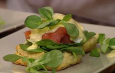 Сконы. Яйца Бенедикт с лососем и голландским соусом