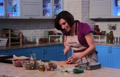 Домашний гравлакс с полезными крекерами. Тефтельки со шпинатом в грибном соусе. Запеченная картошка с зернистой горчицей и тимьяном, Быстро-маринованные огуречные ломтики