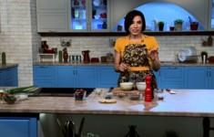 Чиа-пудинг с малиной. Киноа на миндально-кокосовом молоке с шоколадом и кленовым сиропом. Зеленая яичница с греческим йогуртом и барбарисом