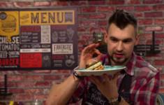 Портобелло бургер из индейки с йогуртом и чили капустой. Милкшейк с ананасом, творогом и бананом. Овощные чипсы