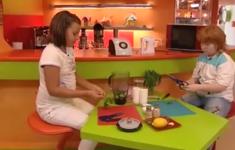Летний суп. Горячий бутерброд с тунцом. Творожный десерт с клубникой