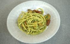 Паста букатини с креветками, вялеными томатами и соусом песто
