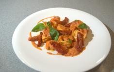 Равиолли с креветками и рикоттой в томатном соусе