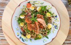 Салат с копченым лососем. Салат из лечо и кускуса