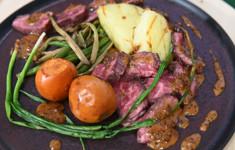 Мраморная говядина с мушмулой, печеным картофелем и черно-перечным соусом. Паста с анчоусами