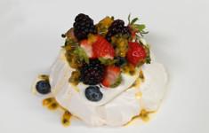 Павлова с ягодами и маракуйей. Меренговый рулет