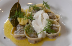Равиолли с цукини, креветками и сливочным сыром. Пельмени. Салат из печеной свеклы с яблоком
