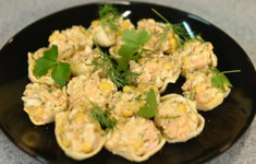 Голубцы из савойской капусты с бараниной. Салат с креветками