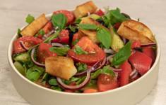 Стейк пиканья с гарниром. Салат из свежих овощей с гренками