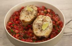 Стейки трески с сальсой. Салат с вешенками и копченым сыром