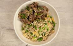 Свиная шея на гриле с жареным рисом и яйцом. Фруктовый салат