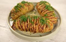 Картофель «Гармошка с беконом». Салат из печеных томатов и лука с заправкой