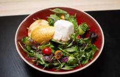 Зелёный салат с медовым соусом и козьим сыром. Итальянская полента с сыром. Марочино