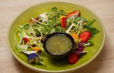 Салат с клубникой, сыром и заправкой из киви. Печенье из киви. Зеленый смузи