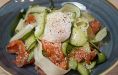 Копченая фасоль в томатах и оладьи из корня сельдерея и картофеля. Салат из цуккини со слабосоленым лососем. Зеленый смузи