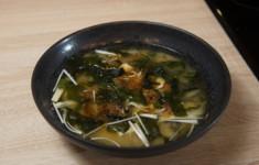 Роллы из кешью и семян подсолнуха со слабосоленым лососем. Онигири. Мисо-суп с тофу