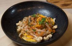 Гречневая соба с говядиной и овощами. Салат с манго, кешью и рисовой стеклянной лапшой. Соевый коктейль с имбирем и ванилью