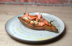 Запеченный батат с начинкой из копченого лосося. Роллы из цуккини