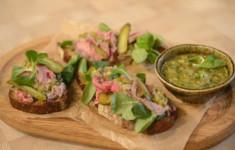 Традиционные сконы с изюмом и малиновым джемом. Сэндвичи с ростбифом. Традиционные «Пальчиковые сэндвичи»