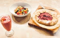 Галета с клубникой и рикоттой. Смузи с ягодами, йогуртом и овсянкой. Салат из сыра халуми и ягод