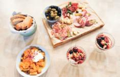Антипасти. Ригатони с баклажанами, томатами и страчателлой. Десерт из рикотты с ягодами фламбэ