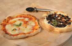 Идеальное базовое выдержанное тесто для пиццы и соус. Пицца Маргарита с моцареллой Буффало. Пицца с голубикой, брынзой и карамелизованным красным луком