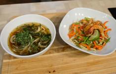 Сэндвич с куриной грудкой и овощами. Грибной суп с курицей и шпинатом, фунчоза с креветками и овощами. Салат с лососем и зелеными бобами, судак с овощами