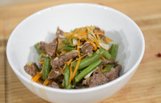 Гранола с натуральным йогуртом. Суп-пюре из зеленых овощей и говядина с овощами по-вьетнамски. Салат из красной капусты и филе сибаса на пару с овощами