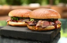 Стейк бургер с брусникой. Шведские булочки с корицей