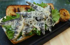 Бургер с ледяной рыбой. Салат с подкопченным лососем и творожным соусом