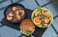 Бургер с маринованным кальмаром. Салат с креветками пиль пиль