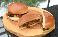 Бургер со свиными ребрышками и печеным яблоком. Яблочный крамбл из песочного печенья