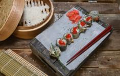 Темпура роллы с креветкой и огурцом. Кейл фузилли с яйцом и соусом кимчи