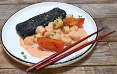 Омлет тамагояки с рагу из гребешков. Салат с копченой сметаной, пенне, эстрагоном и спаржей