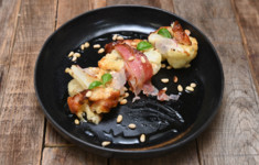Японский бисквит в сковороде. Цветная капуста с сырным соусом и кедровым орехом