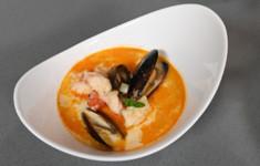 Сливочный суп с морепродуктами. Тосты с кремом из авокадо и огурцом