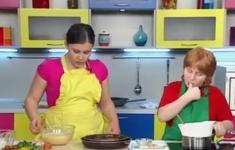 Шоколадный торт без муки. Салат из «одуванчиков». Спагетти с креветками