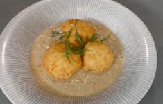 Грибной суп-пюре с картофельными крокетами. Чипсы из твердого сыра