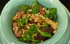 Теплый салат с куриной печенью и карамелизированной грушей. Куриный рулет